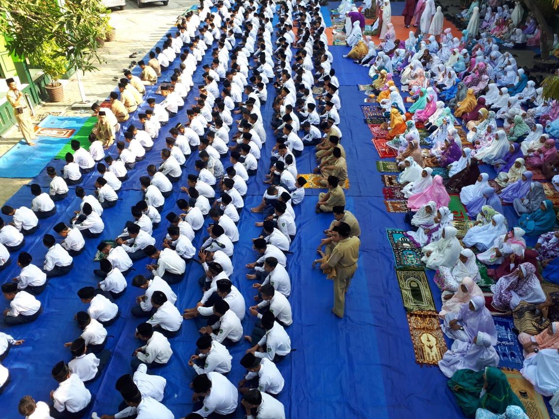 Cari Berita Mainan Palu Balon Bunyi 1bell Didalam Kebumen Keluarga Besar Madrasah Tsanawiyah Negeri 7 Terdiri Dari Guru Karyawan Dan Seluruh Siswa Laksanakan Salat Ghoib Di Lapangan